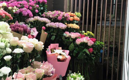 Установка холодильного оборудования для хранения цветов.